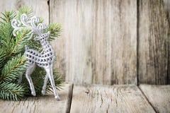 Bożenarodzeniowa dekoracja z jodłą rozgałęzia się na drewnianym tle Zdjęcia Royalty Free