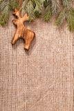 Bożenarodzeniowa dekoracja z jodła gałęziastym i drewnianym rogaczem na tkaninie Zdjęcie Stock