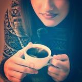 Bożenarodzeniowej nastoletniej dziewczyny atrakcyjna pije kawa Zdjęcia Stock
