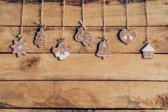 Bożenarodzeniowy dekoraci obwieszenie na drewnianej tło teksturze Zdjęcie Royalty Free