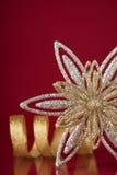 Bożenarodzeniowy wakacyjny płatka śniegu i srebra faborek na zmroku - czerwony tło Fotografia Royalty Free