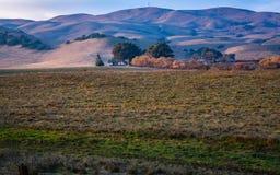 Boerderij in een Ruimte van Sereniteit weg wordt geplooid die stock fotografie