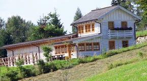 Boerderij met stallen in de bergen in de zomer Royalty-vrije Stock Fotografie