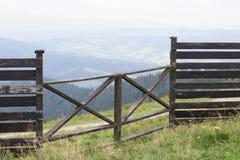 Boerderijomheining die bergen overzien Royalty-vrije Stock Foto