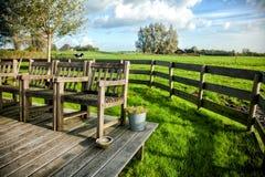 Boerderijportiek met uitstekende stoelen tegen stock foto