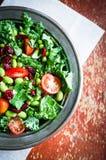 Boerenkool en edamame salade op rustieke achtergrond royalty-vrije stock foto