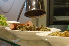 Boerenkool holandês Stamppot triturou o potenciômetro das batatas misturadas com a couve, salsicha fumado em um café fotos de stock royalty free