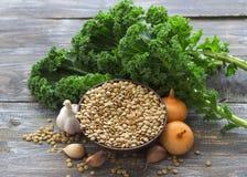 Boerenkoollinzen met uien en knoflook, ingrediënten voor een heerlijke gezonde veganistschotel Royalty-vrije Stock Afbeeldingen