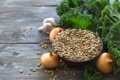 Boerenkoollinzen met uien en knoflook, ingrediënten voor een heerlijke gezonde veganistschotel Royalty-vrije Stock Foto