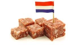 boerenmetworst mit einem holländischen Markierungsfahne Toothpick lizenzfreie stockbilder