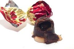 Boerochocolade met likeur en kers wordt gevuld die stock fotografie
