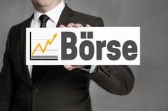 Boerse en muestra alemana del mercado de acción es sostenido por el hombre de negocios Fotografía de archivo
