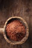 Boete geraspte chocolade in oude houten lepel Royalty-vrije Stock Fotografie