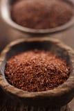 Boete geraspte chocolade in oude houten lepel Royalty-vrije Stock Afbeelding