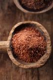 Boete geraspte chocolade in oude houten lepel Stock Afbeeldingen