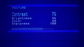 Boete - stemmend TV-beeld met ver controlemechanisme Het aanpassen Contrast en helderheid op TV-het scherm stock videobeelden