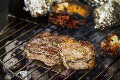 Boeuf appétissant frais savoureux de viande sur le gril faisant cuire sur le feu ouvert o photo stock