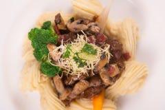 Boeuf Bourguignon met parmezaanse kaaskaas, broccoli, peterselie, wortel, en romige fijngestampte aardappel wordt bedekt die Stock Foto's