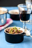 Boeuf bourguignon wołowiny klasyczny francuski gulasz na błękita stole z a Obrazy Royalty Free