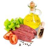 Boeuf, bouteille d'huile, légumes crus et épices d'isolement sur le blanc Photographie stock libre de droits