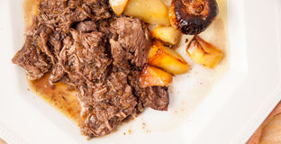 Boeuf braisé avec des pommes de terre et des oignons Image stock