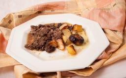 Boeuf braisé avec des pommes de terre et des oignons Photo libre de droits