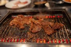 Boeuf coréen de BBQ sur le fourneau de flamber avec de la fumée image stock