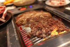 Boeuf coréen et morceau de plat de côtes de BBQ sur le fourneau de flamber avec de la fumée image libre de droits