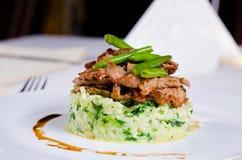 Boeuf coupé en tranches piquant mariné sur le riz savoureux photo libre de droits