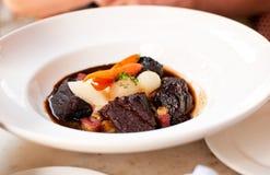 Boeuf de Bourguignon avec la carotte et les oignons Photos libres de droits
