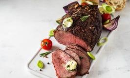 Boeuf de rôti avec la fourchette de sauce et de viande sur le fond blanc Copiez l'espace image stock