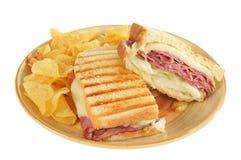 Boeuf de rôti et sandwich et pommes chips grillés à panini photos stock