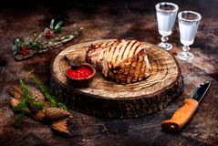 Boeuf de rôti sur un panneau en bois Images libres de droits