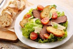 Boeuf de rôti avec du fromage et des légumes de pain grillé Photographie stock libre de droits