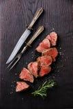 Boeuf de rôti avec le couteau et la fourchette de table photo libre de droits