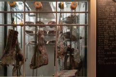 Boeuf de vieillissement dans le réfrigérateur photographie stock libre de droits