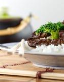 Boeuf et broccoli chinois sur le plan rapproché de riz photo stock