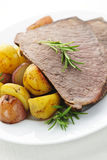 Boeuf et pommes de terre de rôti Photos libres de droits