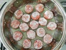 Boeuf haché Meeatballs dans la casserole d'en haut photos stock