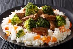Boeuf sain délicieux avec le brocoli garni avec du riz et le plan rapproché de kaki d'un plat horizontal photos stock