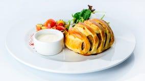 Boeuf Wellington savoureux avec la croûte de pâtisserie, plat appétissant o de bifteck images stock