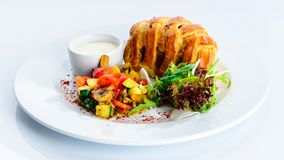 Boeuf Wellington savoureux avec la croûte de pâtisserie, plat appétissant o de bifteck photos libres de droits