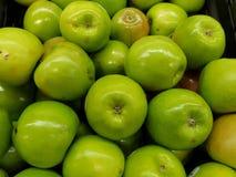 bogaci i świezi Zieleni jabłka obraz royalty free