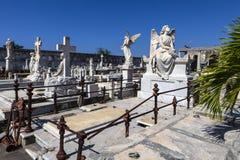 Bogactwo dekorował grób przy Rzymskokatolickim Cementerio losu angeles Reina cmentarzem w Cienfuegos, Kuba Obrazy Stock