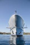 Bogactwo - frontowy widok pięć opowieści luksusowy jacht na Mediterranea Zdjęcie Royalty Free