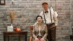Bogata Azjatycka starsza para rocznika moda w luksusu domu obraz royalty free