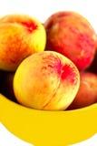 Bogata brzoskwinia w żółtym talerzu zdjęcia royalty free