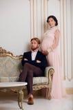 Bogata para oczekuje dziecka zdjęcia stock