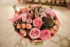Bogata wiązka bielu i menchii róże, peonie zdjęcia royalty free