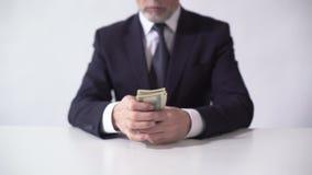 Bogatego człowieka liczenia plik dolarowi banknoty, biznesmen oszacowywa dochód zbiory